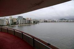 Vista de Niterói na sacada do MAC desenhado por Oscar Niemeyer