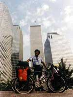 Trade Center O cicloturista nepalês talvez tenha tirado uma das últimas fotos do World Trade Center. Esta ele aparece no final da tarde do dia 10 de setembro de 2001.